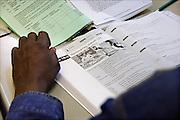 Nederland, the Netherlands, Nijmegen, 13-9-2006Bij het ROC leren nieuwe nederlanders, allochtonen, het voor de inburgering verplichte Nederlands.Refugees, migrants, asylumseekers, learning the Dutch language  in a classroom.Foto: Flip Franssen/Hollandse Hoogte
