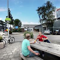 Nederland, amsterdam , 28 juli 2011..Bedrijvigheid in Buiksloterham het nieuwe Amsterdam Noord waar vele creatieve bedrijven zich vanuit het centrum van Amsterdam hebben gevestigd zoals b.v. Boomerang Casa. (achtergrond).Foto:Jean-Pierre Jans