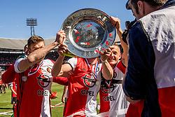 14-05-2017 NED: Kampioenswedstrijd Feyenoord - Heracles Almelo, Rotterdam<br /> In een uitverkochte Kuip pakt Feyenoord met een 3-1 overwinning het landskampioenschap / Spelers vieren het kampioenschap met de schaal, Jens Toornstra #28, Brad Jones #25, Jan-Arie van der Heijden #6