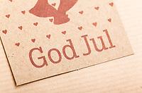 Julehilsen-tekst «God jul» på gavelapp. Rustikk stil.