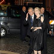 ITA/Rome/20061117 - Huwelijk Tom Cruise en Katie Holmes, persoonlijke advocaat van Tom, dhr. Burt Fields en partner arriveren