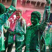 *legende* Célébration du festival des couleurs Holi au temple de Nandagaon  -Uttar Pradesh Inde. un groupe de lycéens joue avec de la couleur verte.