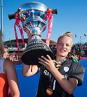 LONDEN - Het Nederlands team met keeper Anne Veenendaal (Ned) ,   na het winnen van  de finale Nederland-Ierland (6-0) bij  wereldkampioenschap hockey voor vrouwen.  . COPYRIGHT  KOEN SUYK