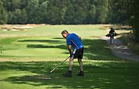 LOCHEM - Greenkeeper aan het werk op de tee. Lochemse Golf- & Countryclub 'De Graafschap. COPYRIGHT KOEN SUYK