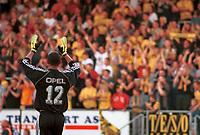 Keeper Emille Baron, Lillestrøm, jubler og klapper i hendene. Fansen jubler også. Lillestrøm - Odd 2-0, Tippeligaen 2000. 2. august 2000. (Foto: Peter Tubaas/Fortuna Media)