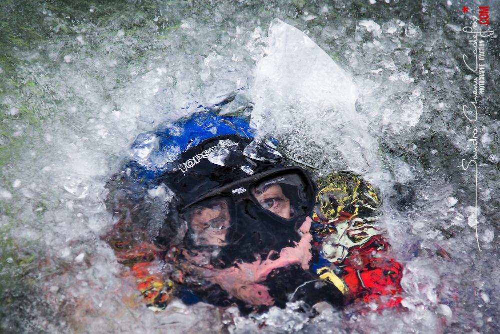 Entraînement des plongeurs Gendarmerie de la Brigade Fluviale de Conflans dans un lac gelé. Les températures extérieures sont bien en dessous de zéro depuis plusieurs jours mais cela n'empêche pas ces gendarmes de poursuivre leur entraînement. Ils brisent l'importante épaisseur de glace de l'etang pour se mettre à l'eau puis réalisent leur plongée en surface non libre, assurés par une corde attachée au ponton et sous la surveillance de collègues restés en surface. <br /> Janvier 2017 / Conflans Sainte Honorine (78) / FRANCE<br /> Voir le reportage complet (40 photos) http://sandrachenugodefroy.photoshelter.com/gallery/2017-01-Plongee-sous-glace-en-Gendarmerie-Complet/G0000dbiIWNVaY1s/C0000yuz5WpdBLSQ