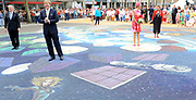 Zijne Majesteit Koning Willem-Alexander en Hare Majesteit Koningin Máxima bezoeken de provincie Flevoland. Koning en Koningin  bij het Stadhuisplein van Lelystad en Bekijken van 4D-Streetpainting<br /> <br /> His Majesty King Willem-Alexander and Máxima Her Majesty Queen visits the province of Flevoland.King and Queen at the Town Hall of Lelystad and 4D View of Street Painting