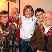 NLD/Hilversum/20070302 - 8e Live uitzending SBS Sterrendansen op het IJs 2007, Thomas Berge met zijn ouders, broer Rens en beide opa's en oma's in zijn kleedkamer
