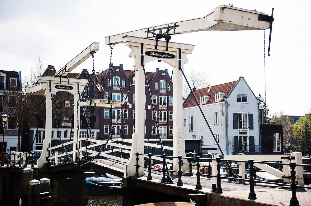 Nederland, Amsterdam, 22 april 2013<br /> Drieharingenbrug van Realengracht naar Prinseneiland, Westelijke Eilanden.  Historische brug in wijk met  oude pakhuizen, omgebouwd tot luxe woonappartementen. <br /> Foto(c): Michiel Wijnbergh