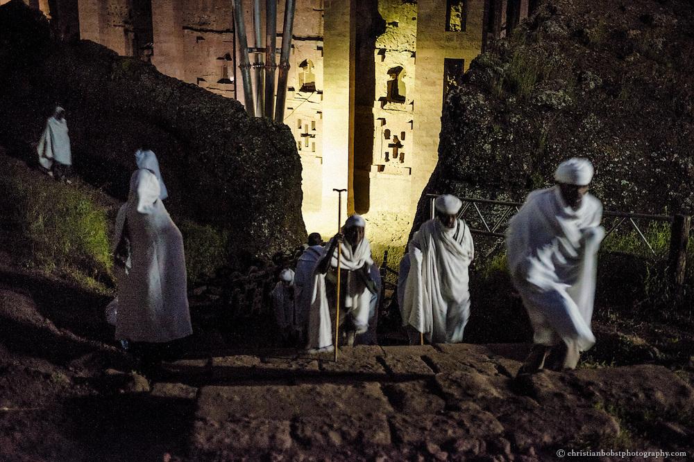 Am frühen morgen des Meskel-Sonntags strömen die Pilger zu den elf Felsenkirchen, um zu beten und sich segnen zu lassen.