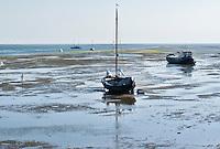 VLIELAND - Droogvallen met een schip op het Wad bij Vlieland bij laag water.COPYRIGHT KOEN SUYK