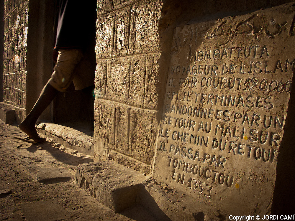 Inscription in a tablet who says that the traveler and explorer Muhammad Ibn Battuta  was in Timbuktu in 1353.Timbuktu old quarter.  Mali.