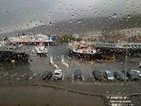 Illustrasjonsbilde som viser en regntung dag i Bergen, med regndråper på vinduet. Smarttelefonfoto.