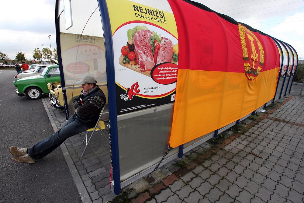 9. Herbst Treffen der Trabant Fahrer zum traditionellen Ausklingen der Auto Saison 2007 in Prag.  Ein halbes Jahrhundert ist vergangen, seit 1957 die Nullserie des Trabant P50 die Werkhallen in Zwickau verliess. Bis 1991 wurden über 3 Millionen Trabant produziert, der Trabant gehörte über Jahrzehnte zum Straßenbild vieler europäischer Länder.  <br /> <br /> 9th Trabant driver meeting and end of the car season 2007 in Prague.