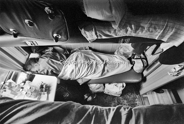 Polen, Kuznica, 15-4-1992Trein van Berlijn naar Sint Petersburg ( leningrad ). De slaaptrein heeft per compartiment, coupe, 4 britsen, slaapplaatsen . Op de grens van Polen met wit rusland worde de wagons een voor een in hun geheel opgekrikt en van een breder onderstel voorzien omdat de spoorbreedte in Rusland anders is, breedspoor genaamd. Het slapen is niet erg comfortabel op de bank of een uitgeklapte hoogslaper. Door het lamnge verblijf van meerdere dagen ontstaat in de coupe tussen de reizigers een aparte band. Het is een klein huisje waar je door het lot van de reservering toevallig met elkaar in terecht bent gekomen.spoor; spoorwegen; spoorbreedte; breedspoor; rails; brede; standarisatie; europa; rusland; geschiedenis; historie; historisch; historische; trein; treinreizen; slaaptrein; slaapcabine; coupe; COUCHETTE; vakantie; reizen; oncomfortabel; improvisreren; witruslandFoto: Flip Franssen