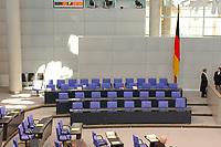 26 SEP 2003, BERLIN/GERMANY:<br /> Regierungabank, leer, mit Flagge, vor Beginn der Sitzung, Plenum, Deutscher Bundestag<br /> IMAGE: 20030926-01-001<br /> KEYWORDS: unbesetzt, Fahne