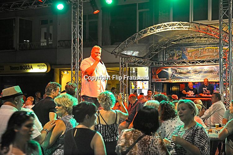Nederland, Nijmegen, 18-7-7-2017Recreatie, ontspanning, cultuur, dans, theater en muziek in de binnenstad. Onlosmakelijk met de vierdaagse, 4daagse, zijn in Nijmegen de vierdaagse feesten, de zomerfeesten. Talrijke podia staat een keur aan artiesten, voor elk wat wils. Een week lang elke avond komen ruim honderdduizend bezoekers naar de stad. De politie heeft inmiddels grote ervaring met het spreiden van de mensen, het zgn. crowd control. De vierdaagsefeesten zijn het grootste evenement van Nederland en verbonden met de wandelvierdaagse. Diverse locaties Zomerfeesten, vierdaagsefeesten. het Nimweegs Feestcafe met smartlappen en levensliedFoto: Flip Franssen