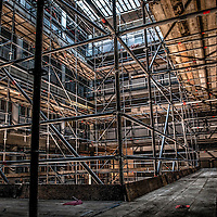 Steiger constructies in een renovatie pand. Scaffolds in a renovation building.