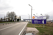 Nederland, Moerdijk, 20-2-2020 De vestiging van Shell chemie op het industrieterrein van Moerdijk . Op een bord aan de ingang van hjet fabriekscomplexstaat in hoeverre er aan de veiligheidsvoorschriften is voldaan en hoelang er zonder incidenten zoals ongeval,milieu of grote lekkage is gewerkt .Foto: Flip Franssen