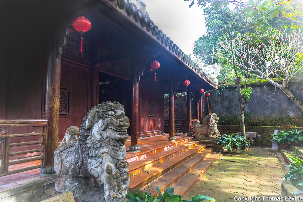 Two lion or dragon heads protecting the temple at marble mountain.