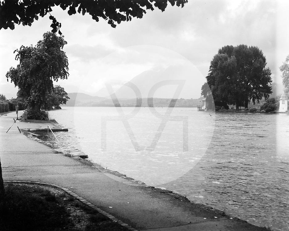 SCHWEIZ - THUN - Hochwasser in der Aare beim Ausfluss aus dem Thunersee. Nach starken Regenfällen über mehrere Tage ist die Hochwassersituation am Thunersee angespannt, der Seespiegel ist auf 558,7 Meter über Meer angestiegen und an verschiedenen Stellen über die Ufer geschwappt. Dieses Bild wurde als analoge Grossformat Aufnahme gemacht. - 16. Juli 2021 © Raphael Hünerfauth - https://www.huenerfauth.ch