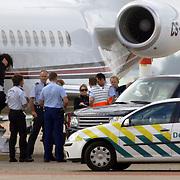 NLD/Amsterdam/20060903 - Aankomst Madonna Schiphol optreden Confessions Tour 2006, Madonna laat lachnd haar paspoort zien aan de douane