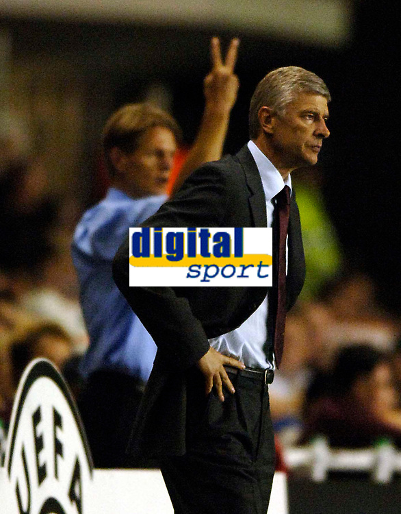 Photo: Henry Browne.<br /> Arsenal v FC Thun. UEFA Champions League.<br /> 14/09/2005.<br /> Thun coach Urs Schonenberger shows what he thinks of Arsene Wenger.