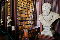 République d'Irlande, Dublin, Trinity College, Old Library (ancienne bibliothèque), buste de Socrate // Republic of Ireland; Dublin, Library at Trinity College,  The Long Room, a beautiful, famous and historic old library in Ireland, bust of Socrates