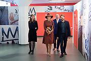 Koningin Maxima tijdens de opening van de tentoonstelling Basquiat, The Artist and His New York Scene in SCHUNCK museum, Heerrlen.<br /> <br /> Queen Maxima at the opening of the exhibition Basquiat, The Artist and His New York Scene at SCHUNCK museum<br /> <br /> Op de foto: <br /> <br />  Koningin Maxima krigt een rondleiding over de tentoonstelling