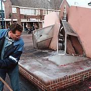 Opruimen van het vernielde Spraakwater op het Oude Raadhuisplein in Huizen