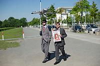 DEU, Deutschland, Germany, Berlin, 22.05.2014: <br />Gemeinsame Demonstration der Piratenpartei und des Aktionsbündnisses Snowden nach Berlin vor dem Paul-Löbe-Haus anlässlich der dort stattfindenden ersten Sitzung des NSA-Untersuchungsausschusses. Hier zwei Mitglieder der Partei DIE PARTEI in billigen grauen Anzügen. Schild mit der Aufschrift Eigentumswohnung für Ed in Prenzelberg.