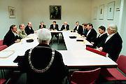 Nederland, Nijmegen,15-5-2000..Overleg van professoren, hoogleraren ter beoordeling van een promotie aan de universiteit ,na het Hora Est. De bul ligt al klaar. promoveren, wetenschappelijk onderzoek...Foto: Flip Franssen/Hollandse Hoogte