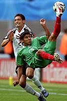 Carlos Salcido (Mexiko, vorn) gegen Kevin Kuranyi (Deutschland); Spiel um Platz 3,<br /> Norway only