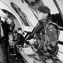 vendredi 14 octobre 2016, 10h18, Paris XV. Légionnaire du 1er Régiment Etranger du Génie au milieu des voyageurs sur les quais du métro parisien.