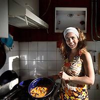 Nederland, Amsterdam , 24 mei 2012..Verhaal voor PS Geld over thuiskoks die maaltijden koken  en vervolgens de maaltijden via bv Facebook aanbieden tegen een kleine vergoeding..Rebecca van der Steur kookt thuis een aubergine curry.Foto:Jean-Pierre Jans