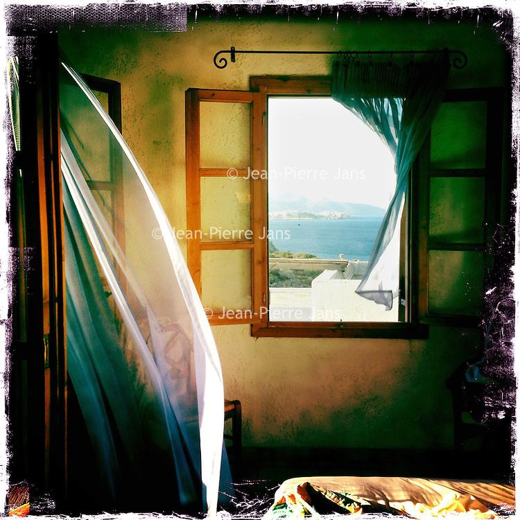Kreta, Amadoura , 28 juli 2013.<br /> Uitzicht vanuit appartement. Room with a view in het Noordoosten van Kreta ter hoogte van Amadoura<br /> Summer holiday on the Greek island of Crete. View from a room.