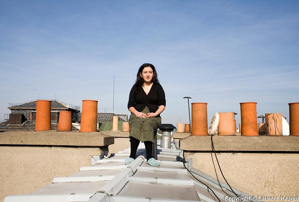 FŽvrier 2007. Portrait de Leila Chaibi sur le toit du ministre de la crise du logement, immeuble rŽquisitionnŽ par Jeudi noir, MACAQ et le DAL, en face de la Bourse. Elle habitait alors dans l'immeuble.