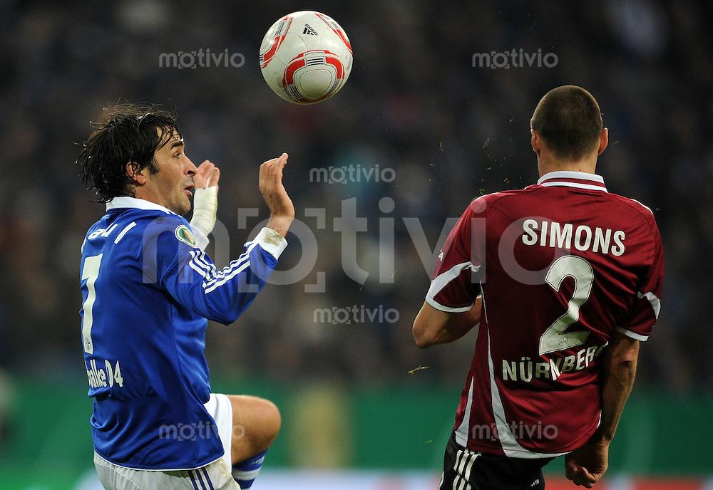 FUSSBALL   DFB POKAL   SAISON 2010/2010   VIERTELFINALE FC Schalke 04 - 1. FC Nuernberg                       25.01.2010 RAUL (li, Schalke) gegen Timmy SIMONS (re, Nuernberg)