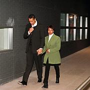 Zanger Franklin Brown vertrekt samen met zijn vrouw bij de rechtbank van Den Haag na zijn rechtzaak