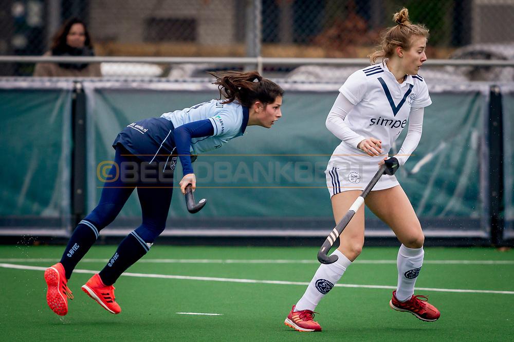 LAREN -  Hockey Hoofdklasse Dames: Laren v Pinoké, seizoen 2020-2021. Foto: Bente van der Veldt (Laren) en Anouk Stam (Pinoké)
