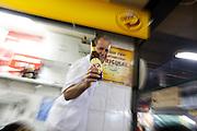 Belo Horizonte_MG, Brasil...80 anos do Mercado Central. Na foto, garcom servindo cerveja...80 years of Mercado Central. In this photo, waiter serving beer...Foto: LEO DRUMOND / NITRO
