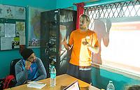 KHUNTI (Jharkhand) -  Trainersopleiding - ONE MILLION HOCKEY LEGS  is een project , geïnitieerd door de Nederlandse- en Indiase overheid, met het doel om trainers en coaches op te leiden en  500.000 kinderen in India te laten hockeyen.  Ex international Floris Jan Bovelander    is een van de oprichters en het gezicht van OMHL. rechts Warner vd Vegt en links Sandeep Singh.  COPYRIGHT KOEN SUYK