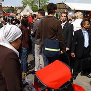 NLD/Hilversum/20050525 - Geert Wilders op campagne bezoek aan Hilversum.beveiliging, politicus, DKDB, allochtonen