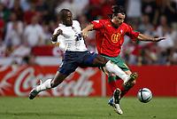 Fotball<br /> Euro 2004<br /> Portugal<br /> 24. juni 2004<br /> Foto: Dppi/Digitalsport<br /> NORWAY ONLY<br /> Kvartfinale<br /> Portugal v England<br /> DARIUS VASSELL (ENG) / NUNO VALENTE (POR)