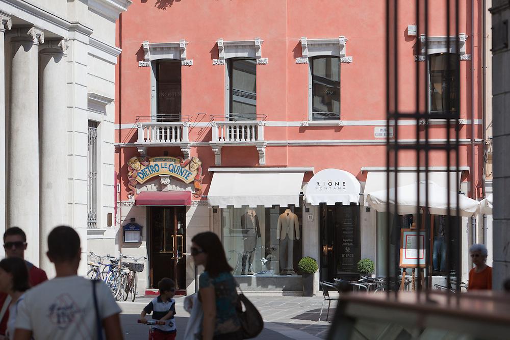 """""""Rione Fontana"""", negozio di abbigliamento."""