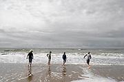 Nederland, Scheveningen, 18-9-2017Badplaats aan de Noordzee. In de nazomer wandelen mensen op het strand en de boulevard. De Pier en het Kurhaus zijn belangrijke toeristische attracties. Kinderen spelen in de branding.Foto: Flip Franssen