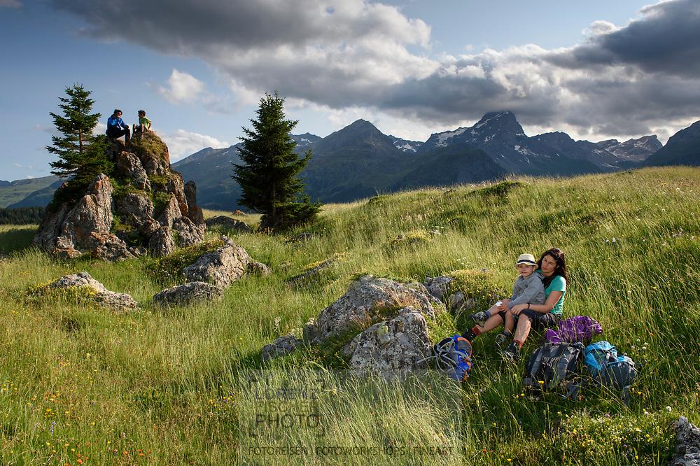 Eine Familie rastet auf der Alp Flix an einem schönen, bewölkten Sommertag mit dem Piz Platta im Blick, Parc Ela, Mittelbuenden, Schweiz<br /> <br /> Alp Flix on a nice, cloudy Summer day with the Piz Platta in sight, Parc Ela, Grisons, Switzerland