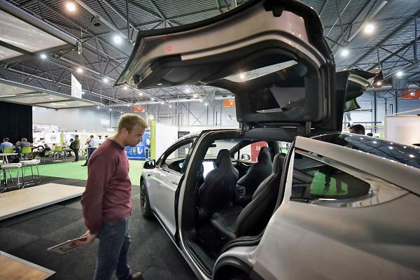 Nederland, Den Bosch, 10-10-2018In de Brabanthallen vindt de beurs voor energie en ecomobiliteit plaats. Het is een vakbeurs voor bedrijven die zich bezighouden met de energietransitie zoals energie en verwarming van huizen, en het rijden op alternatieve energiebronne, brandstof, zoals waterstof, elektriciteit en schonere diesel. Een Tesla model X wordt bekeken door bezoekers .Foto: Flip Franssen