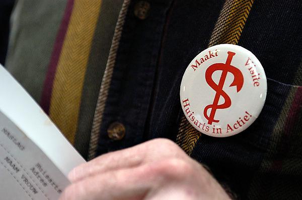 Nederland, Nijmegen, 15-1 2005..Huisartsen uit de regio Nijmegen voeren aktie, actie tegen het regeringsbeleid in de gezondheidszorg. Op deze dag bezoeken zij een patient, patiënt in het ziekenhuis of een langdurig zieke thuis. Iets waar zij niet meer aan toe komen . Bezuininging gezondheidszorg, eerstelijns zorg. Huisarts, protest, protesteren tegen Hoogervorst, no claim,..noclaim, eigen bijdrage, kosten, aktievoeren. ..Foto: Flip Franssen