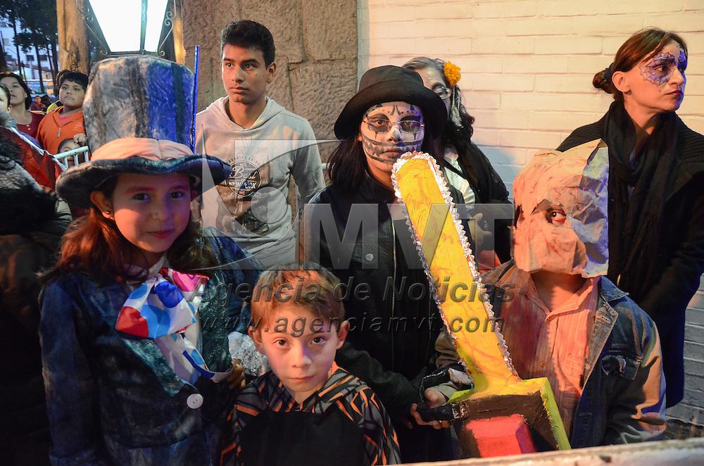 Toluca, México (Noviembre 01, 2016).- Isis Ávila Muñoz, presidenta del DIFEM, encabezó la apertura al público de una gran ofrenda conmemorativa del Día de Muertos, instalada en la Casa Estado de México, así como la entrega de dulces a cientos de niños. Agencia MVT / Arturo Hernández.